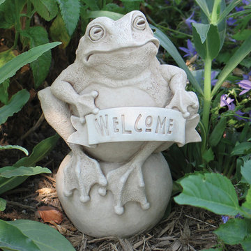 FROG ON THE BALL WITH WELCOME SIGN STONE  *DS*